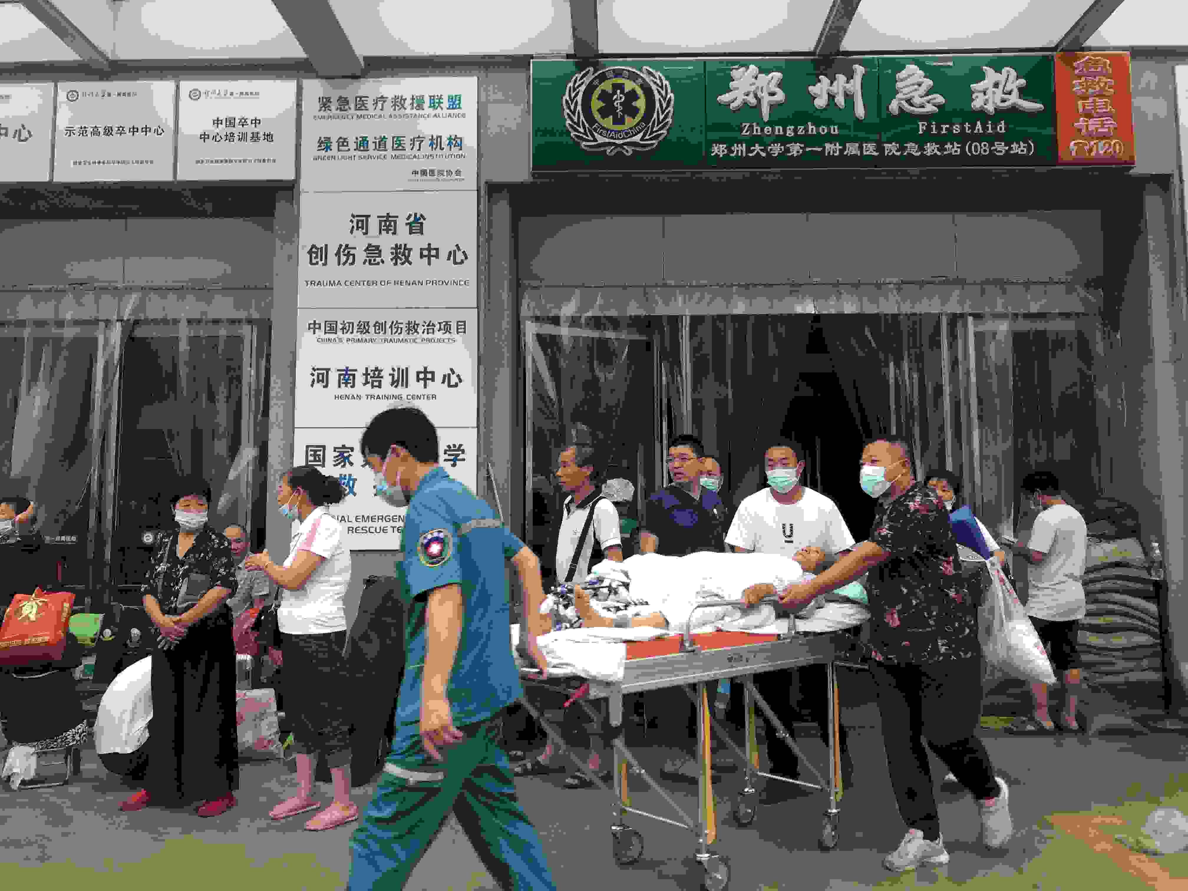 """断水、停电 """"亚洲最大医院""""暴雨中上演大"""