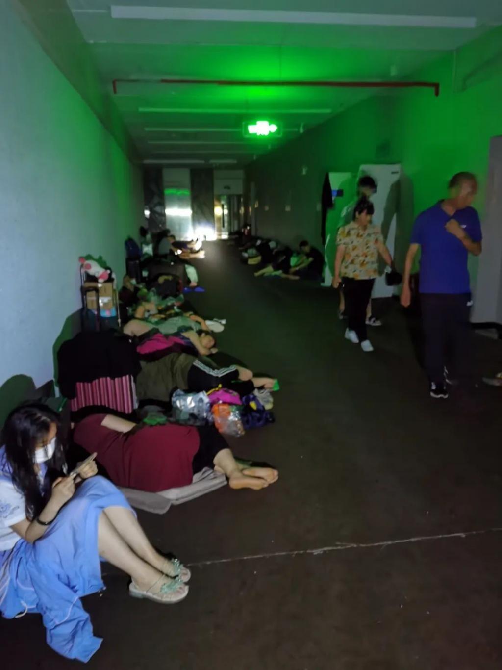 郑州酒店暴雨中涨价,女子花2000元在停电
